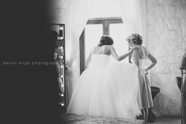 072-getting-ready-photos-bride-and-brides-maids-wedding-dress-shepstone-gardens-johannesburg-wedding-photographer
